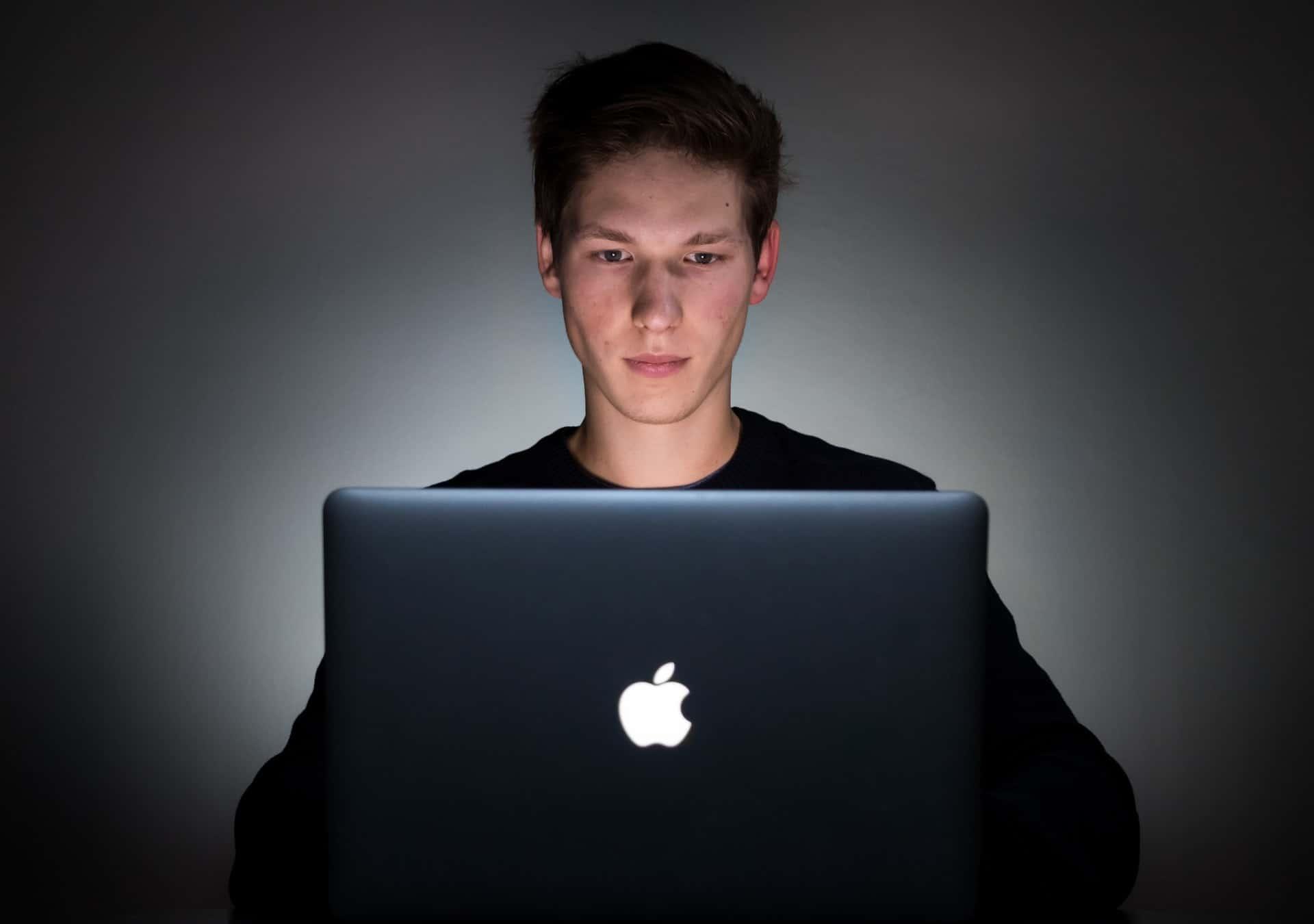 Does Laptop baclight Damage the Eyes?